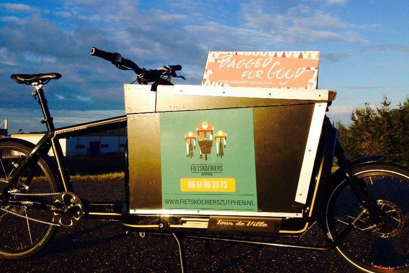 foto reclame op de fiets voor bagged for good fairtrade tassen
