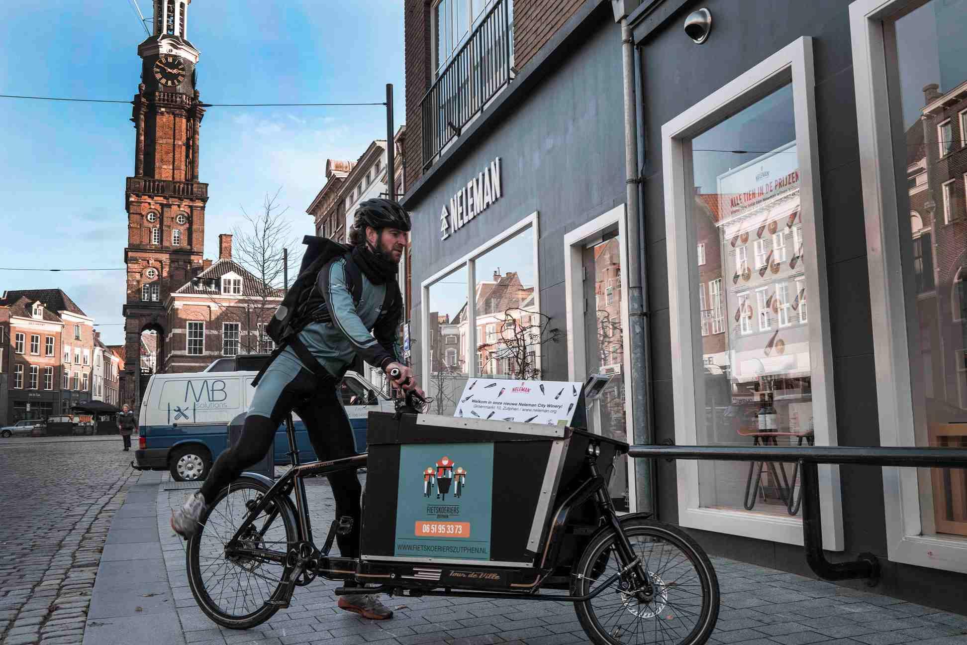 foto reclame op de fiets voor neleman biologische wijnhandel